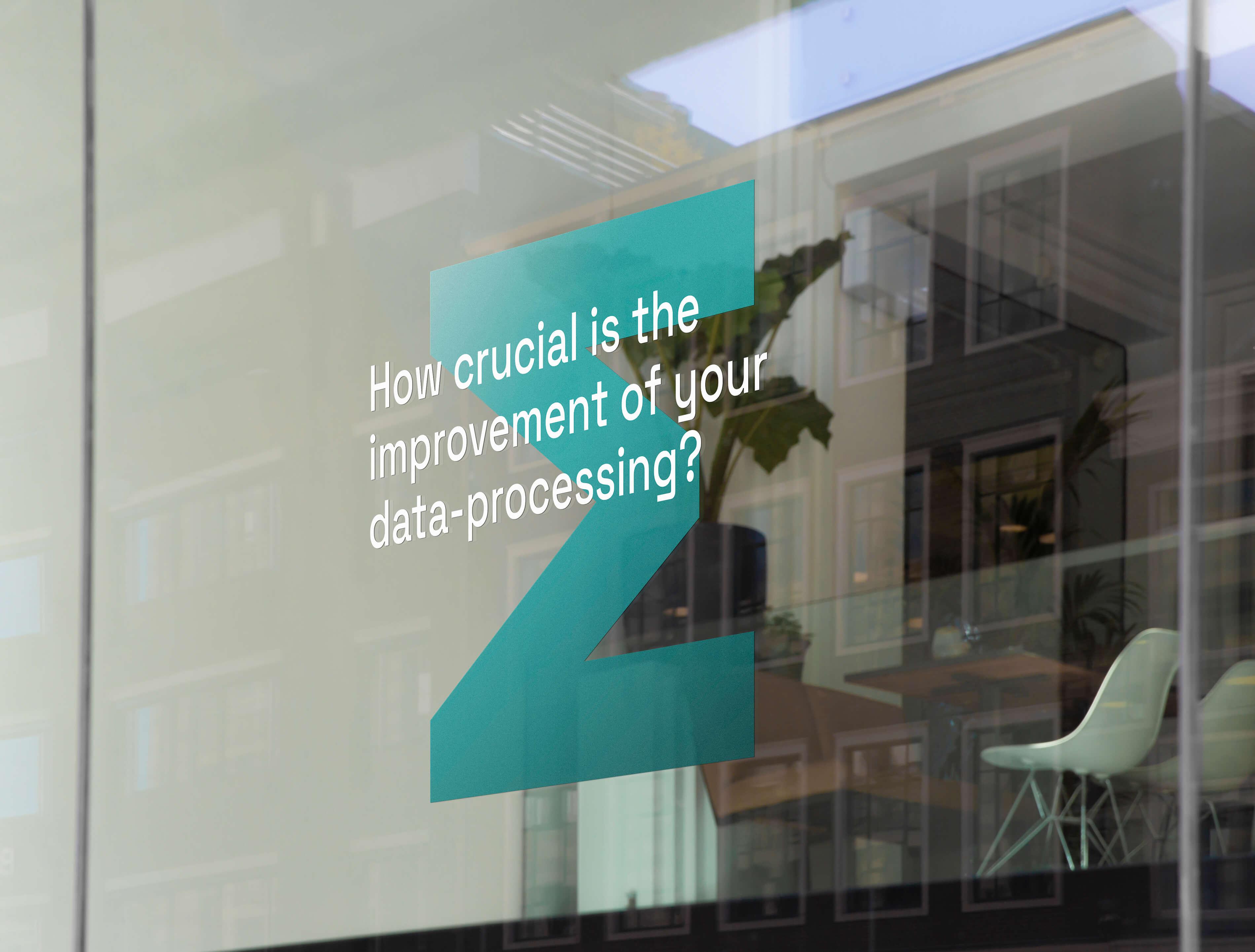 Pohled na výlohu, na které je nalepené logo Empower.