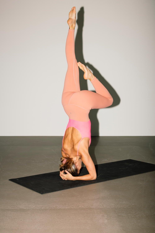Eine Frau macht eine Yogaposition