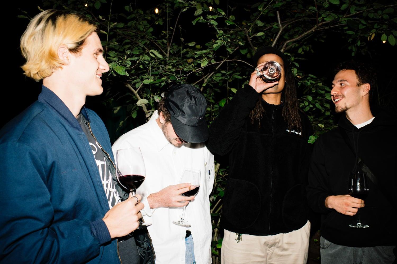 Vier Männer lachen und diskutieren