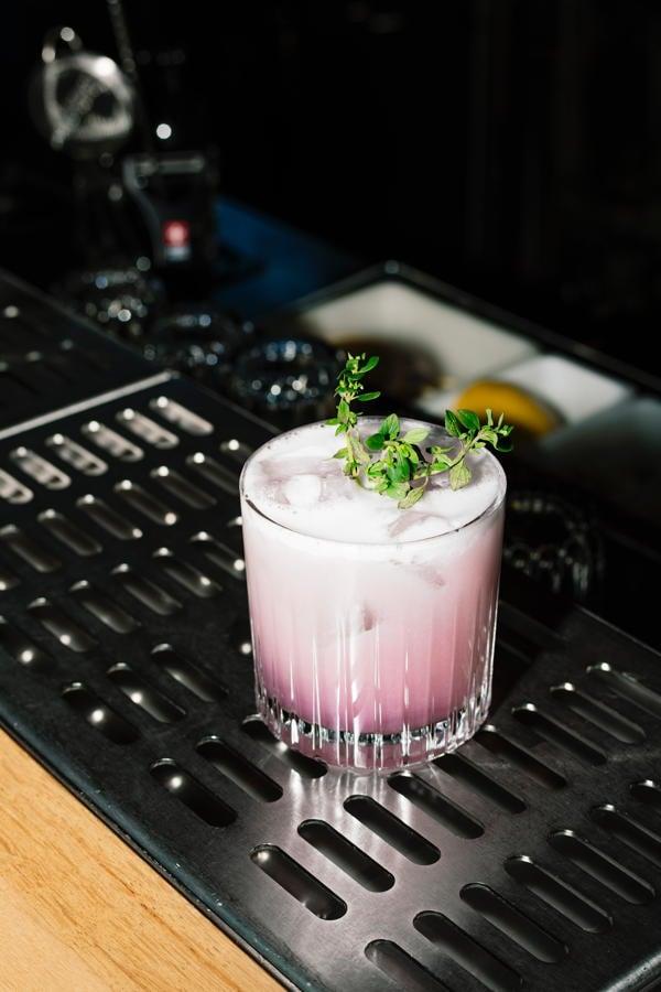 Rosafarbener Cocktail
