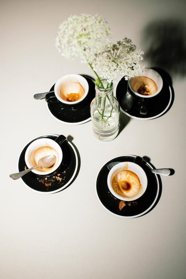 Vier Kaffees auf einem der Lobby Bar Tischen
