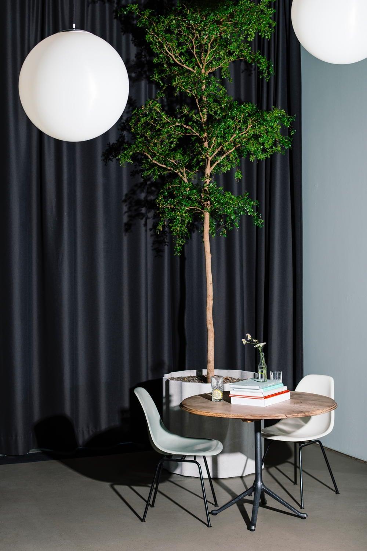 Hoher Raum mit einem Tisch und Stühlen