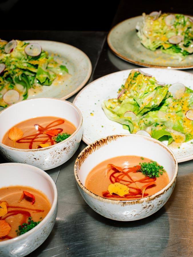 Verschiedenes Essen in Schalen und Teller