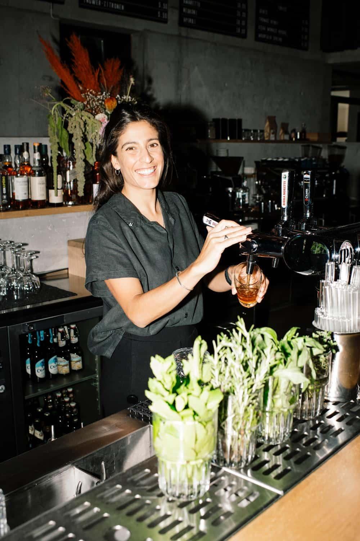 Barkeeper mixet einen Cocktail an der Lobby Bar
