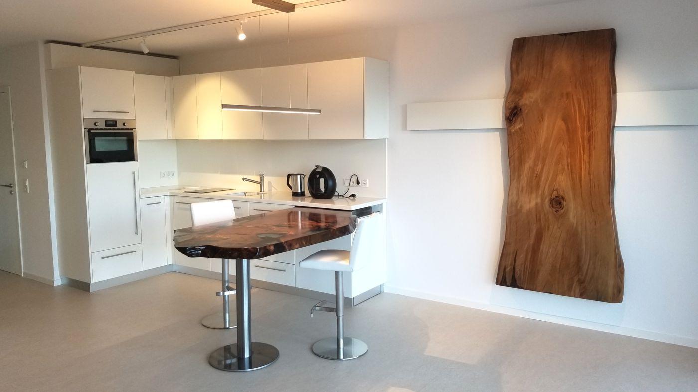 Ausstellung Michael Beaupoil mit handgefertigtem Kauri Holztisch, Esstisch aus Wurze und Baumstamm mit Harz Nähe Luxemburg
