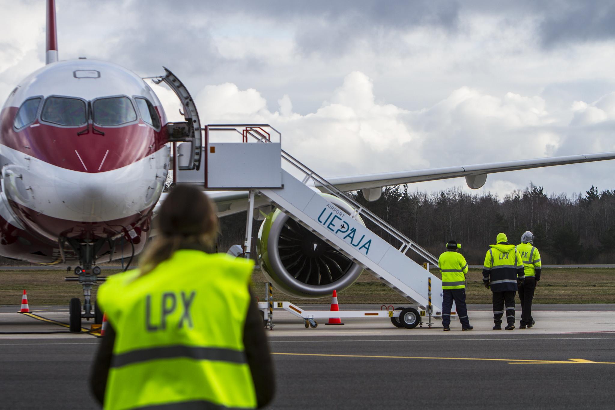 Liepājas lidostas personāls uzņem lidmašīnu