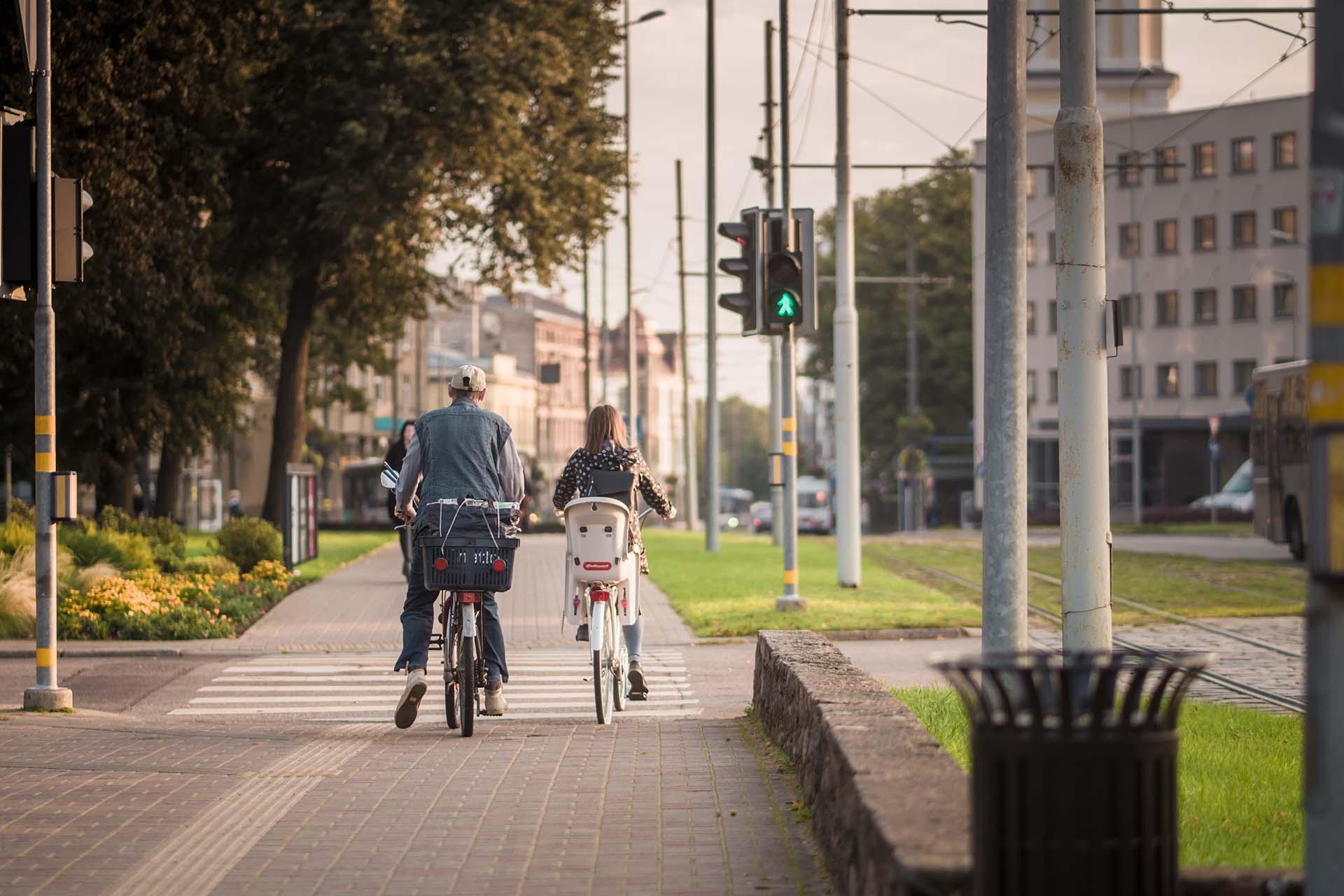 Liepājas Lielās ielas veloceliņš ar velosipēdistiem