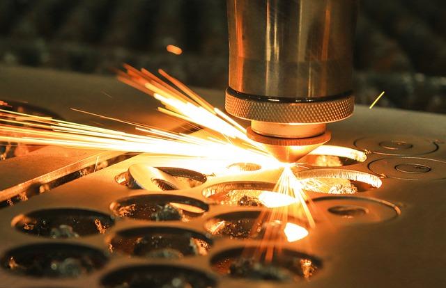 """Meistarklase tiešsaistē, angļu valodā """"Modeļa izstrāde realizācijai lāzergriešanas tehnoloģijā"""" (Vector graphics for laser cutting), 10.-12. klašu skolēniem"""