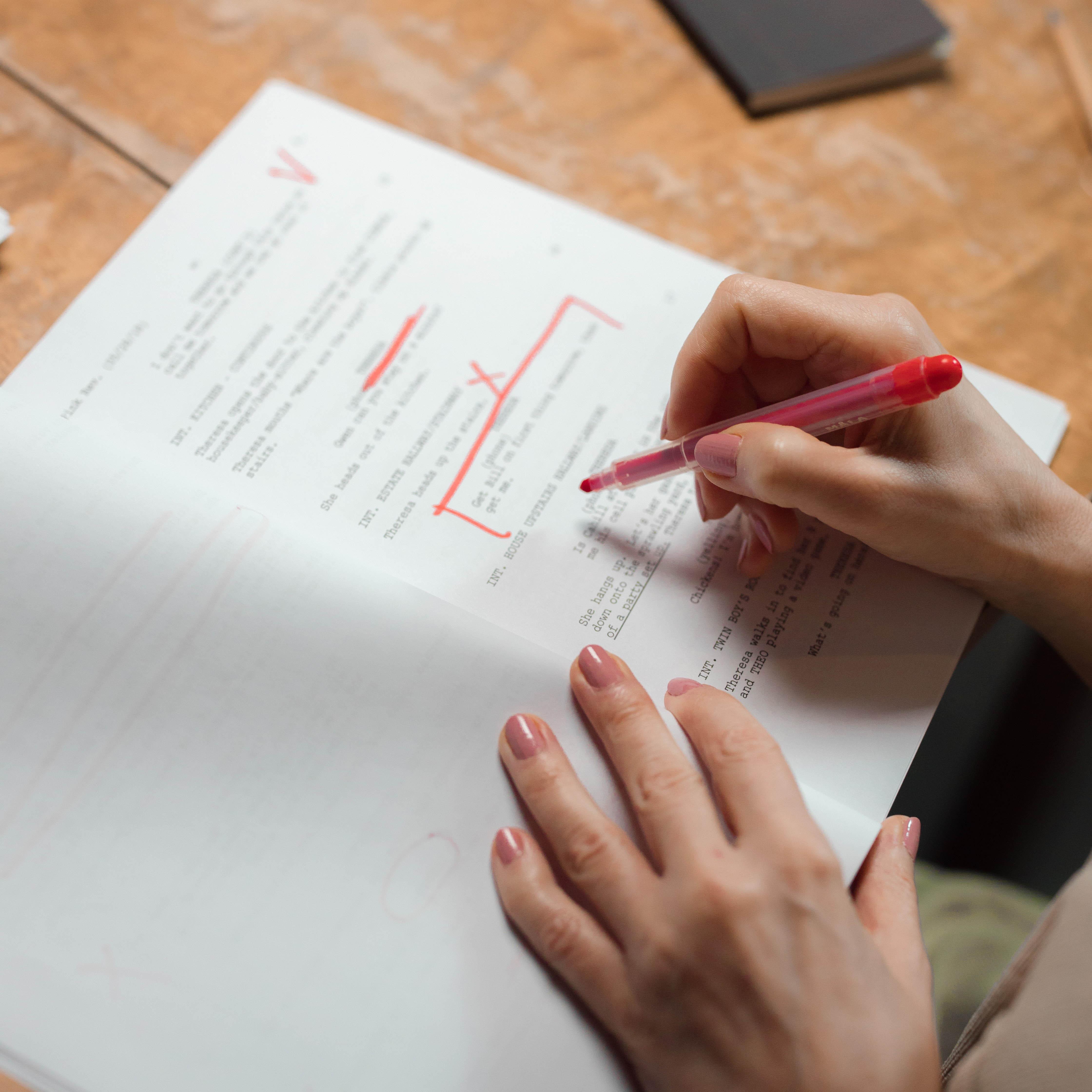 Une dame corrigeant un manuscrit