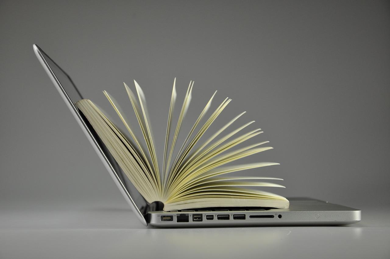 Un livre ouvert à l'intérieur d'un pc portable