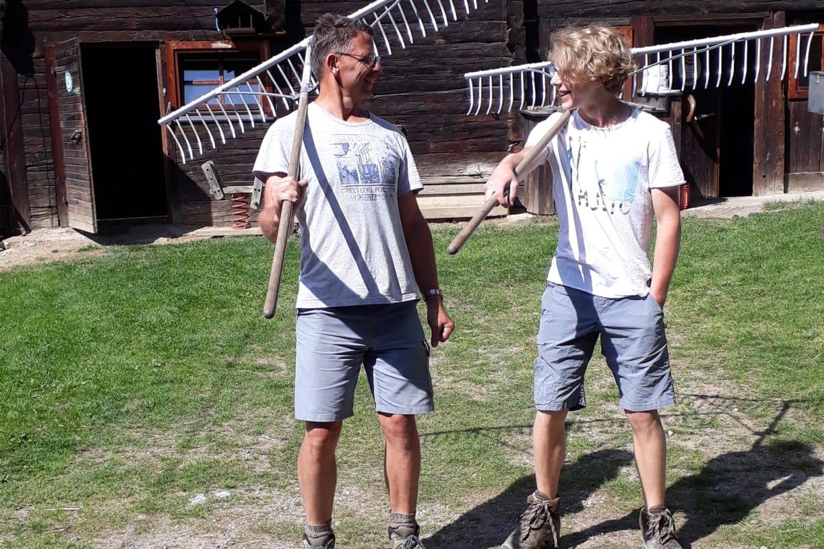Anton und Simon auf dem Weg zur Feldarbeit.
