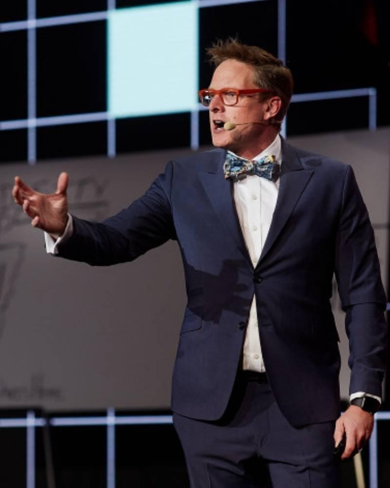 Andrew Davis customer experience speaker on stage in Poland.