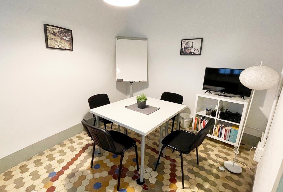 Sala Small ideal para reuniones de hasta 4 personas.