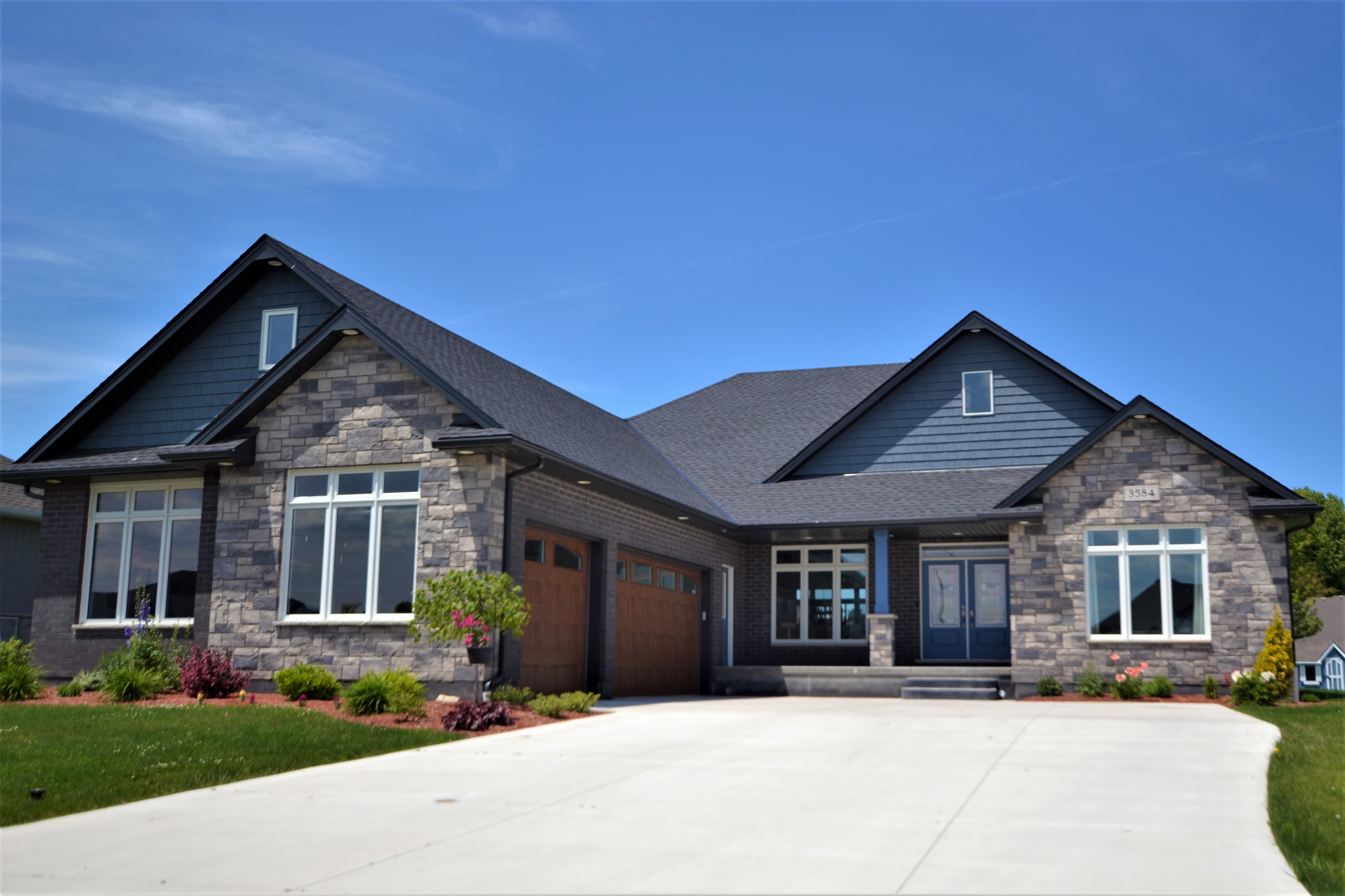 Stone and siding bungalow located at 3584 Lincolnshire in Camlachie.