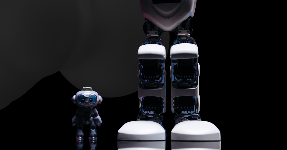 Small and big robots that stand side by side as a metaphor for creating business leverage