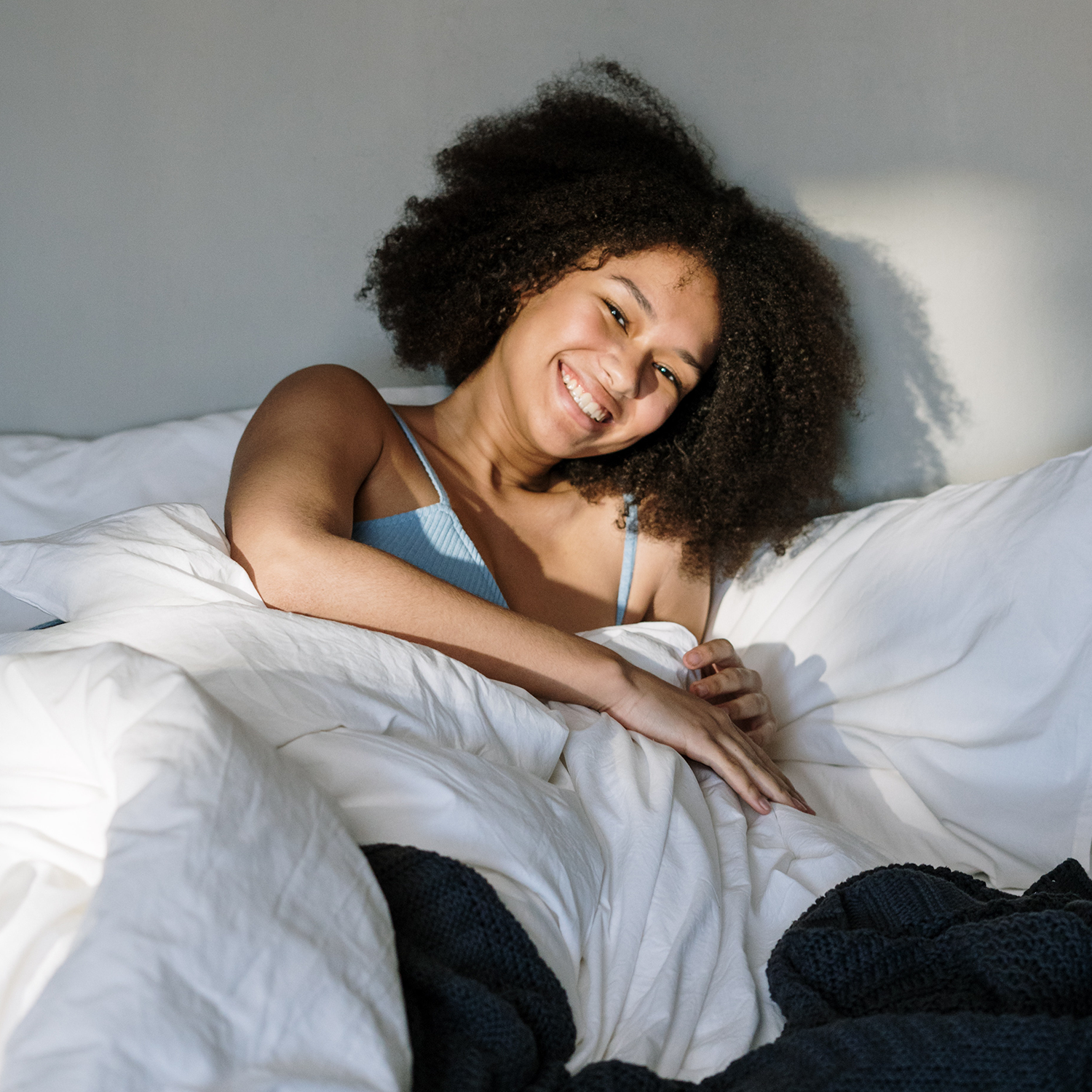 Girl waking up with ease after taking B-SYNC ON food supplement that supports your natural wake-up process.