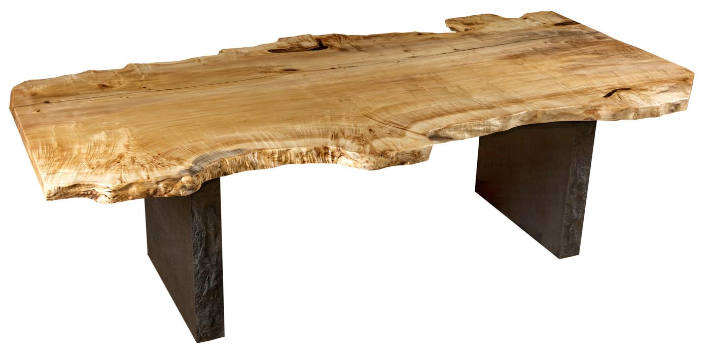 Moderner Designer Holztisch mit Steinfüßen, naturmarkante Tischplatte aus Maserpappel mit Baumkanten, exklusiver Massivholztisch