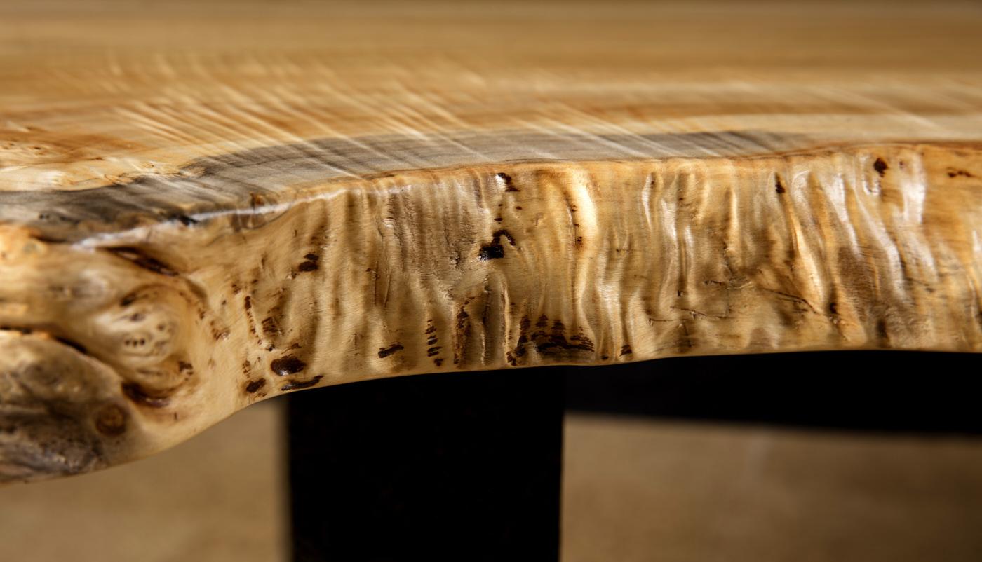 Design Tischplatte in Handarbeit, Schönheit und Anmut der Naturkanten im Holztisch aus massiver Pappelmaser, Baumstammtisch