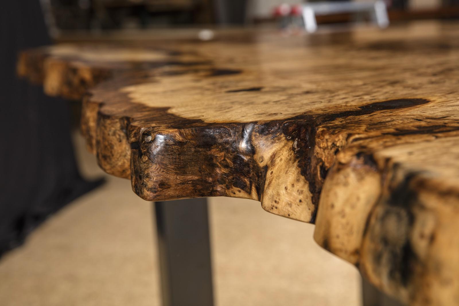 Eiche Esstisch mit besonderen Naturkanten, rustikaler Baumstamm Naturholztisch, Kunstmöbel mit Naturcharakter von Michael Beaupoil handgefertigt