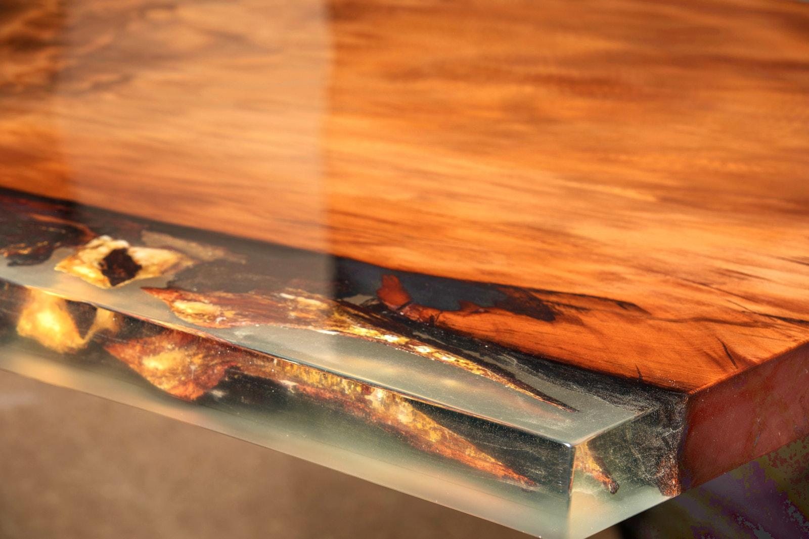 Exklusiver Designer Esstisch und Luxustisch mit goldfarbener Maserung und echtem Bernstein im Harz aus Kauri Wurzelholz, besonderer Holztisch mit Hauch Luxus und ein echtes Unikat Kunstwerk