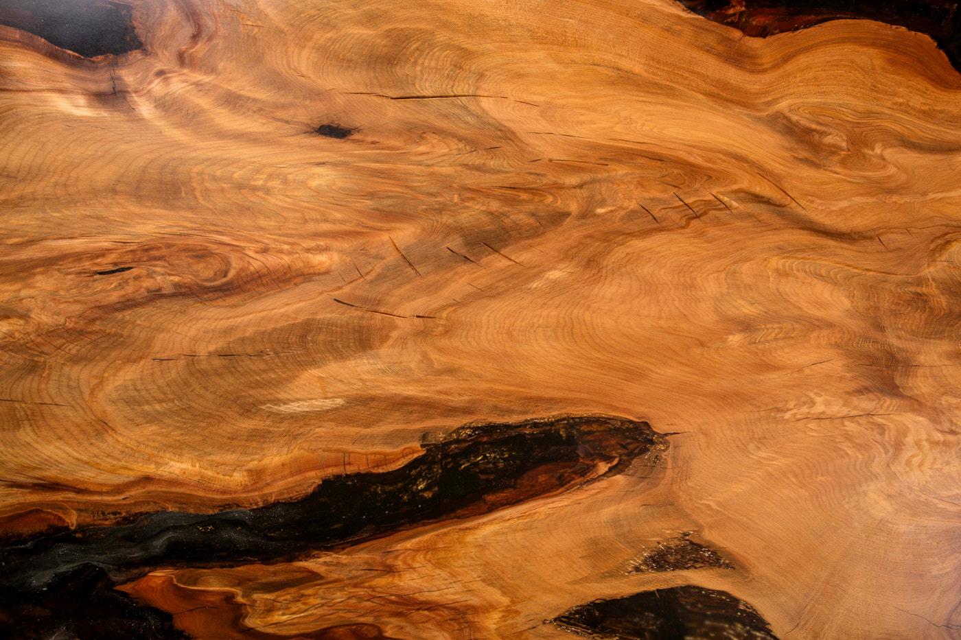Individueller Kauri Wurzelholztisch ein extravaganter Unikattisch, exklusiver Massivholztisch mit schöner Maserung, extravagantes Unikat Natur Kunstwerk gold