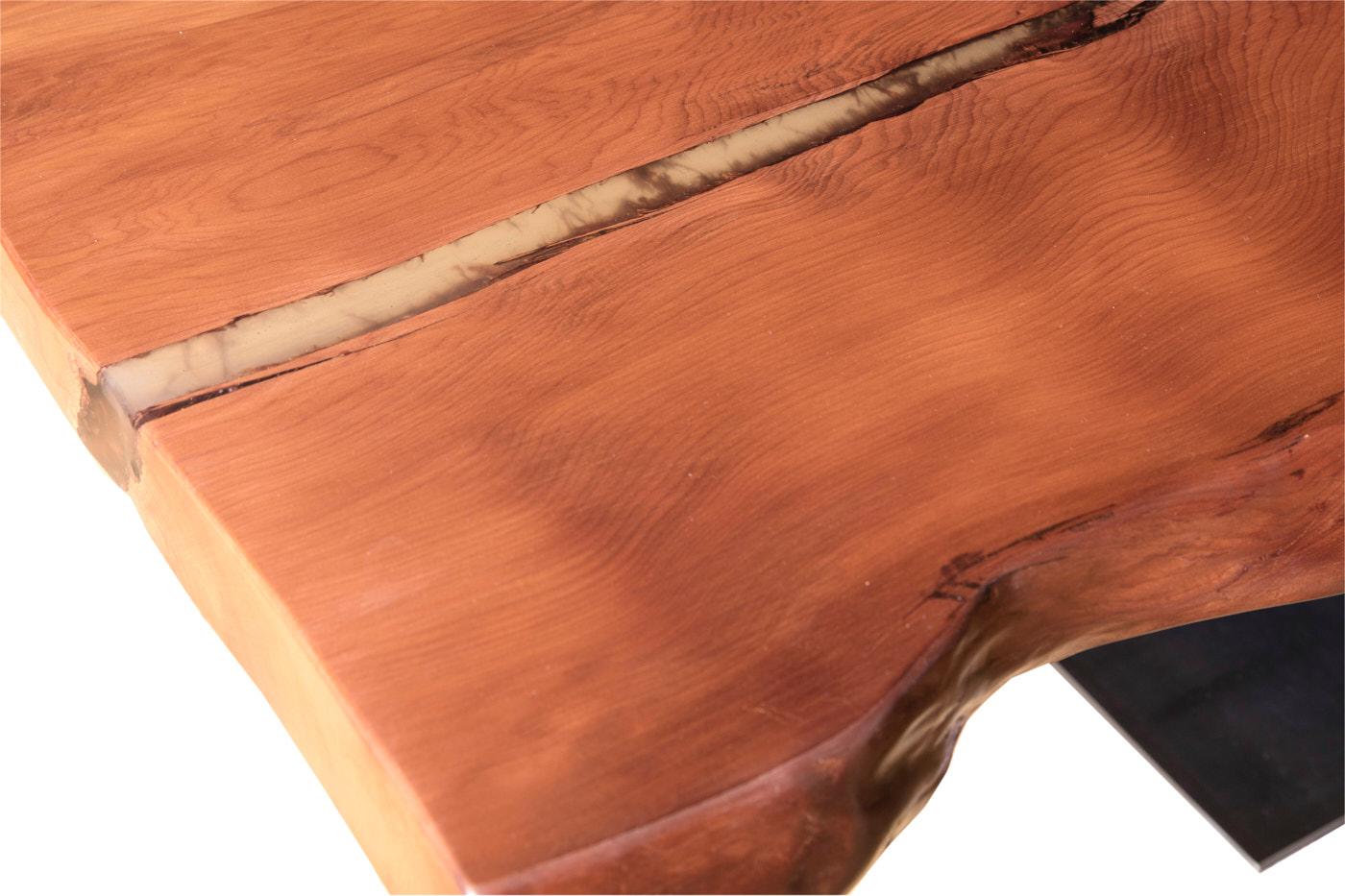 Ursprünglicher Holztisch mit archaischer Tischplatte mit Naturverwachsungen und Risse, besonderer Kauri Tisch mit Harz