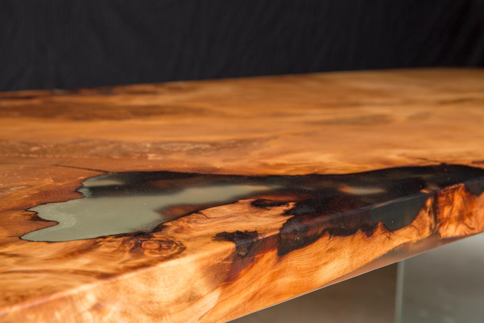 Der wertvolle Kauri Wurzeltisch ist ein einzigartiges Unikat aus altem Holz und besondere Geldanlage, Holztisch mit organischen Naturkanten