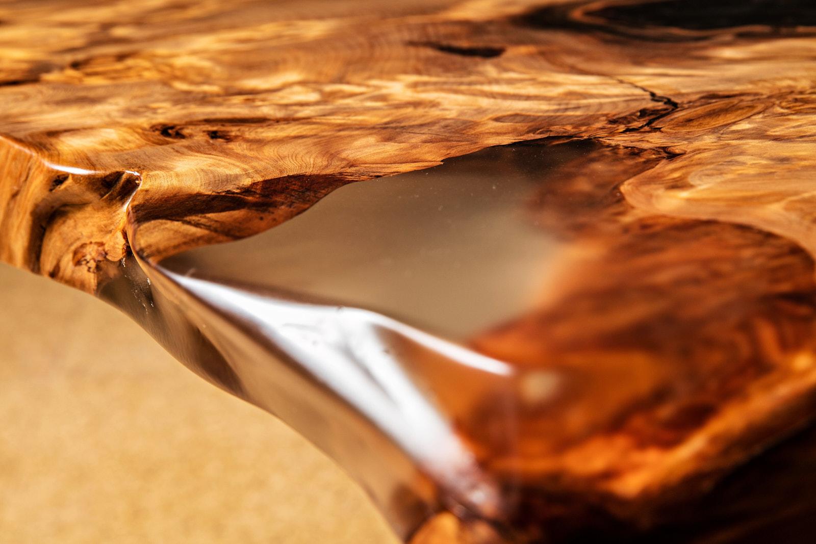 Exklusive Naturholztischplatte aus tausendjährigen Holz mit original Bernstein vom Kauri Baum in Epoxiharz