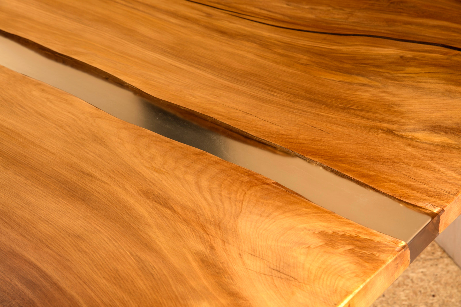 Großer einzigartiger Holztisch mit außergewöhnlichen Naturmerkmalen, individuelle Kauri Tischplatte mit Harzfüllung und Flusslauf als River Table