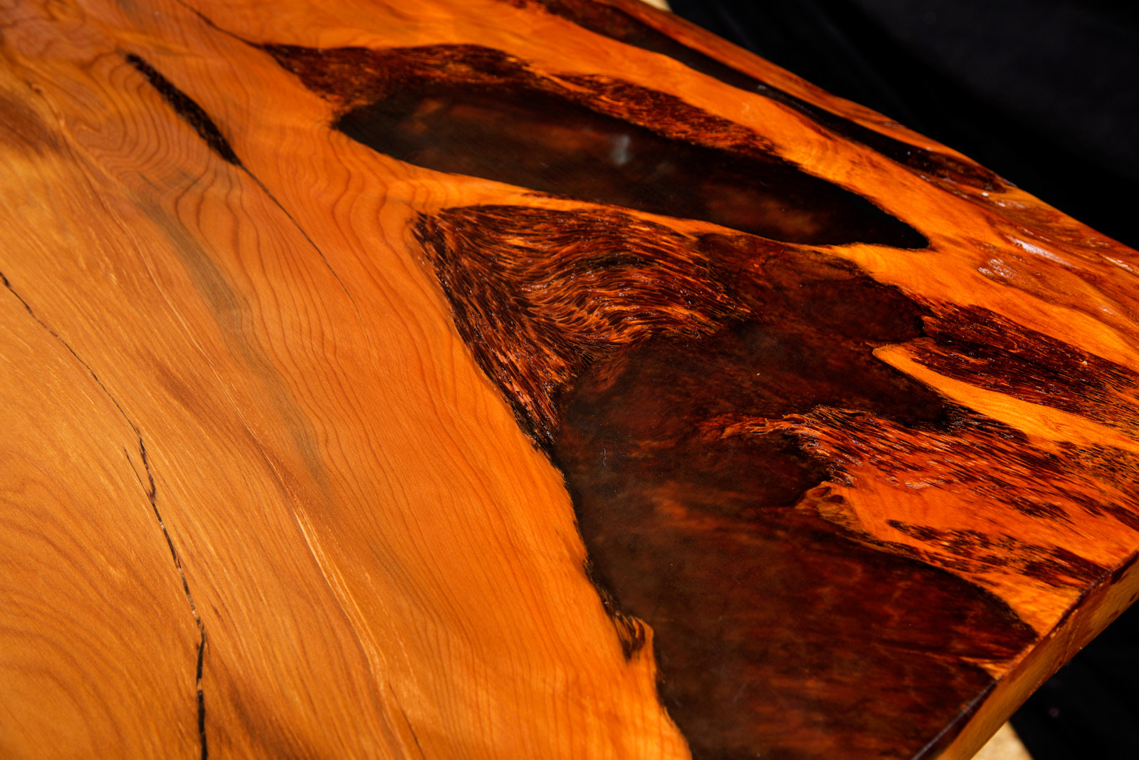 Kauri Esstischplatte mit einzigartigen Naturmerkmalen im exklusiven Holztisch, kunstvoller Tisch an einem Stück als Blickfang