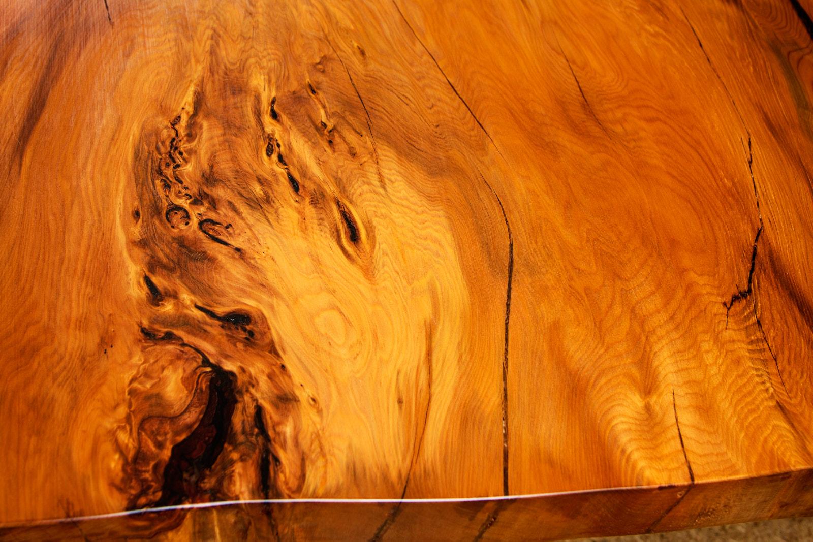 Holzkunst aus der Natur im kunstvollen Esstisch aus besonderem Kauri Holz, massiver Baumstamm Holztisch und Naturholztisch mit großer ästhestischer Massivholztischplatte