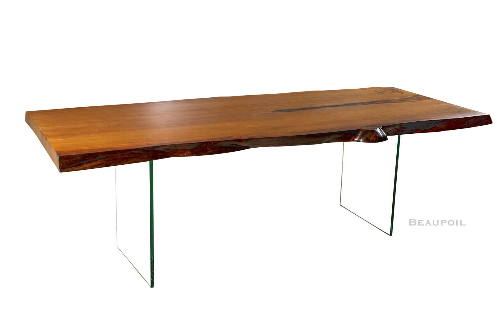 Moderner Kauri Holztisch mit Glasfüßen hier ein ausgefallener Esstisch mit massiver Natur Tischplatte