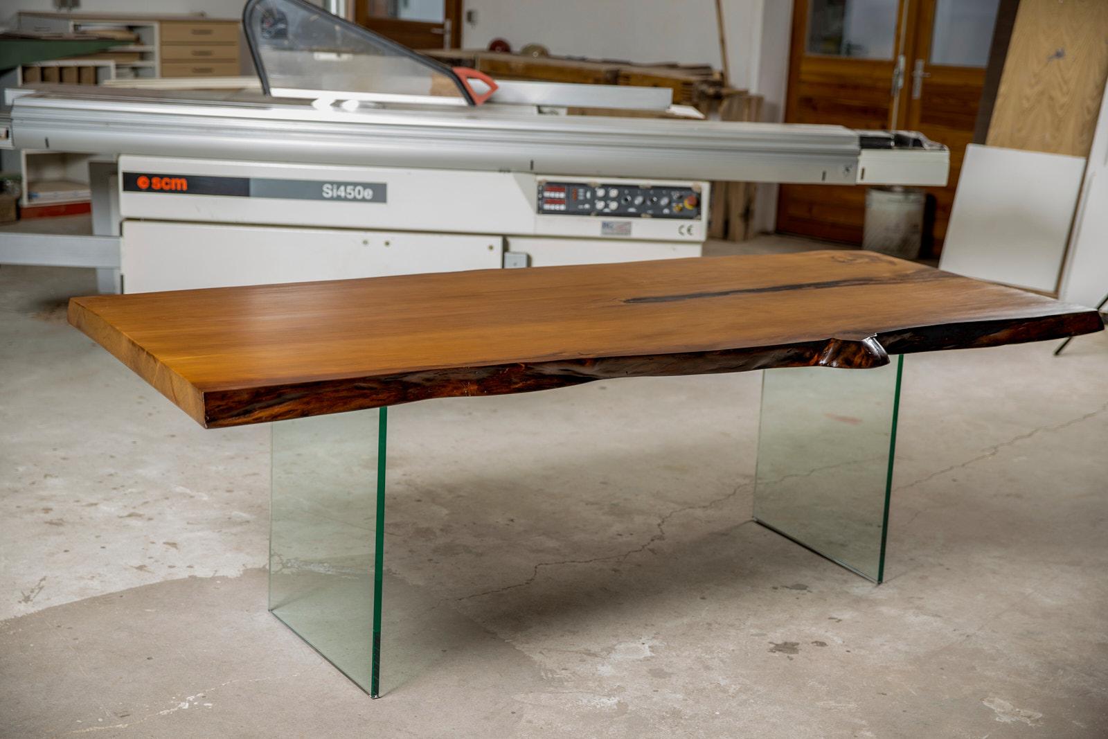 Kauri Naturholz Esstisch aus einem massiven Baumstamm mit Naturkanten aus einem Stück Holz mit Glasfüßen