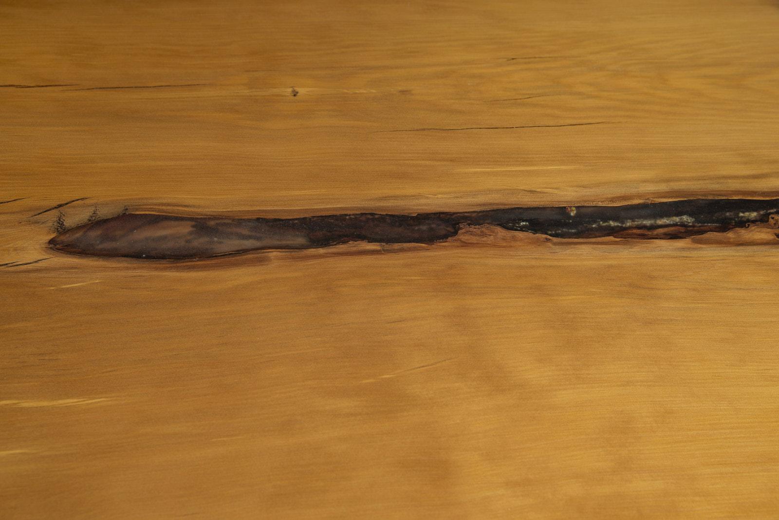 Epoxidharz Fülung der einmaligen Tischplatte des Kauri Esstisches