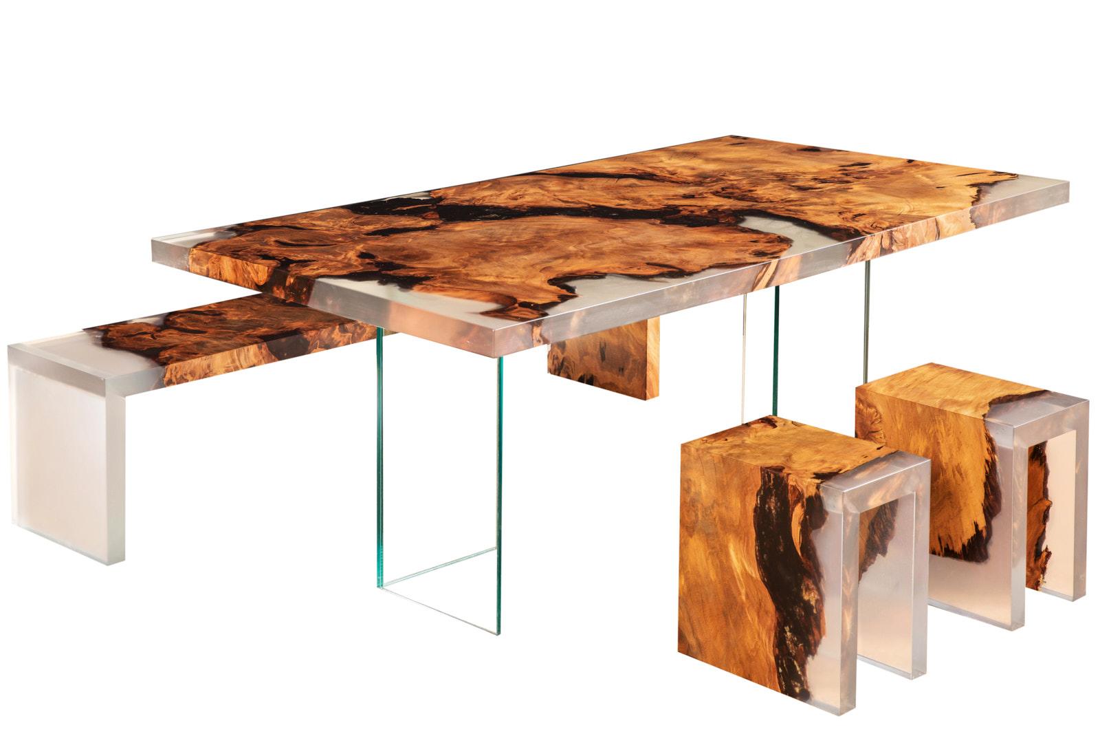 Exklusive Kauri Unikat Designmöbel bestehend aus Holztisch, Bank und Hocker. Unikat Designermöbel als individuelle Einzelanfertigung mit Glasfüßen