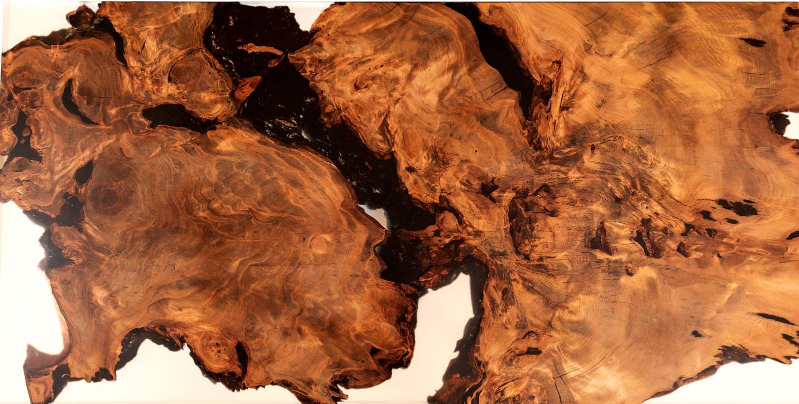 Außergewöhnliche Tischplatte eines Designertisches aus einer kunstvollen Kauri Wurzel in Epoxidharz eingegossen als alternative Geldanlage