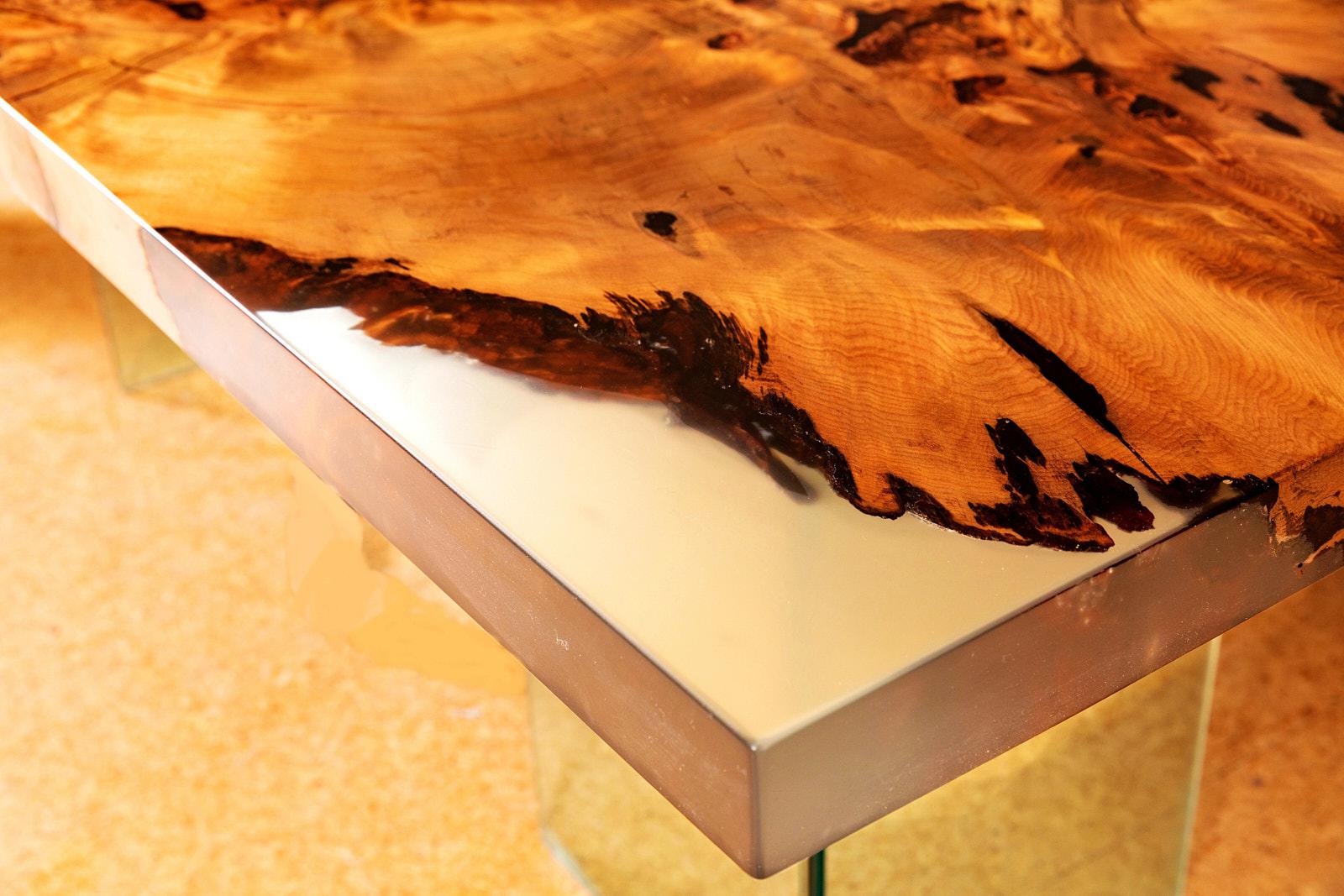 Exklusiver Design Holztisch mit besonderen Naturmerkmalen mit unverleimter Wurzel Tischplatte in Epoxidharz, moderner Designertisch als hochwertige Geldanlage