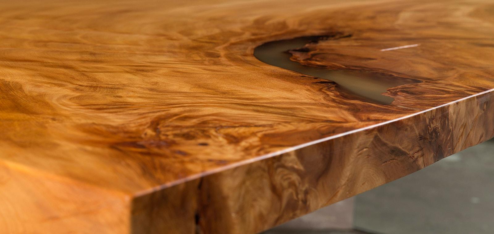 Außergewöhnlicher Design Tisch, Holztisch mit Glasfüßen aus uraltem Kauri Holz mit Harz gefüllten Naturmerkmal