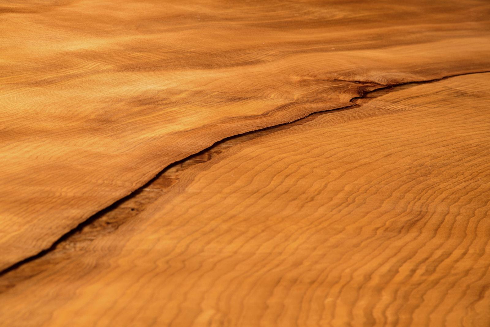 Wunderschöne Maserung der Kauri Baumstamm Tischplatte eines besonderen Esstisches