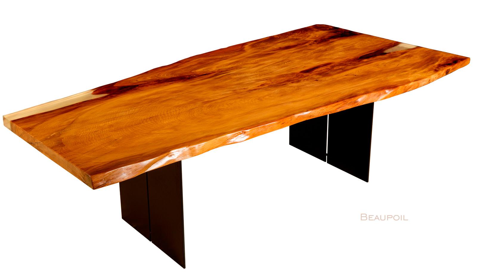 Einzigartiger Kauri Esstisch aus kunstvollem Baumstamm mit einer Tischplatte aus den Sümpfen Neuseelands an einem Stück gewachsen und einzigartigem Naturcharakter