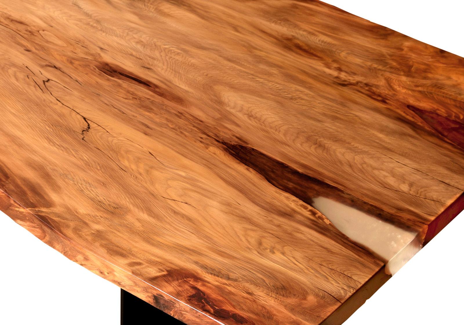 Kunstvoller Baumstammtisch als einzigartiger Esstisch mit großer massiver Tischplatte vom Schreinermeister Michael Beaupoil