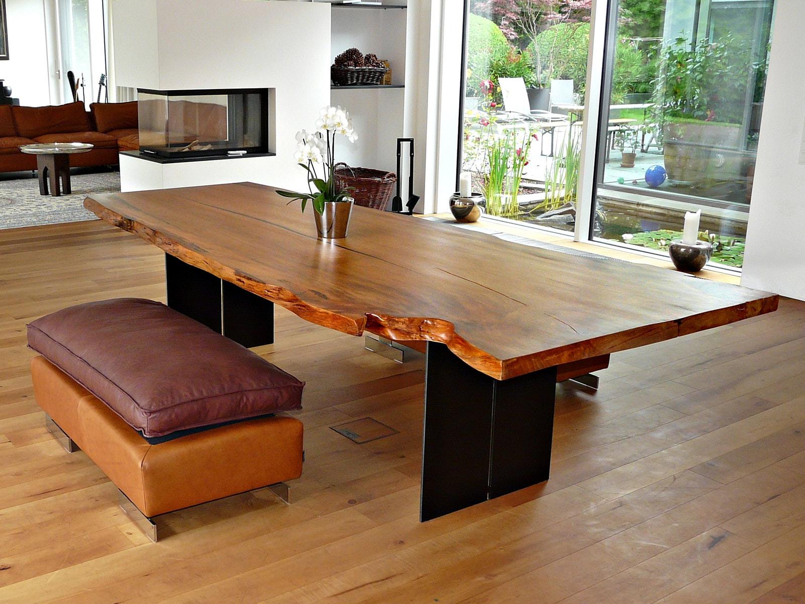 Großer Wohnzimmertisch als exklusives Tischunikat mit Tischplatte aus altem Baumstamm als besonderes Einrichtungsmöbel