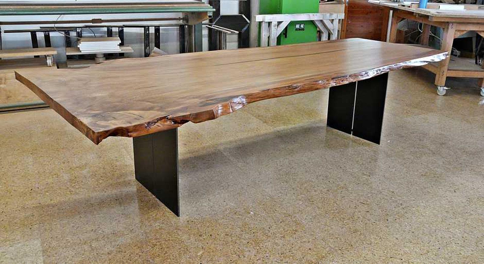 Massiver Holztisch aus großer Baumscheibe als exklusives Unikat und einzigartiges Möbels
