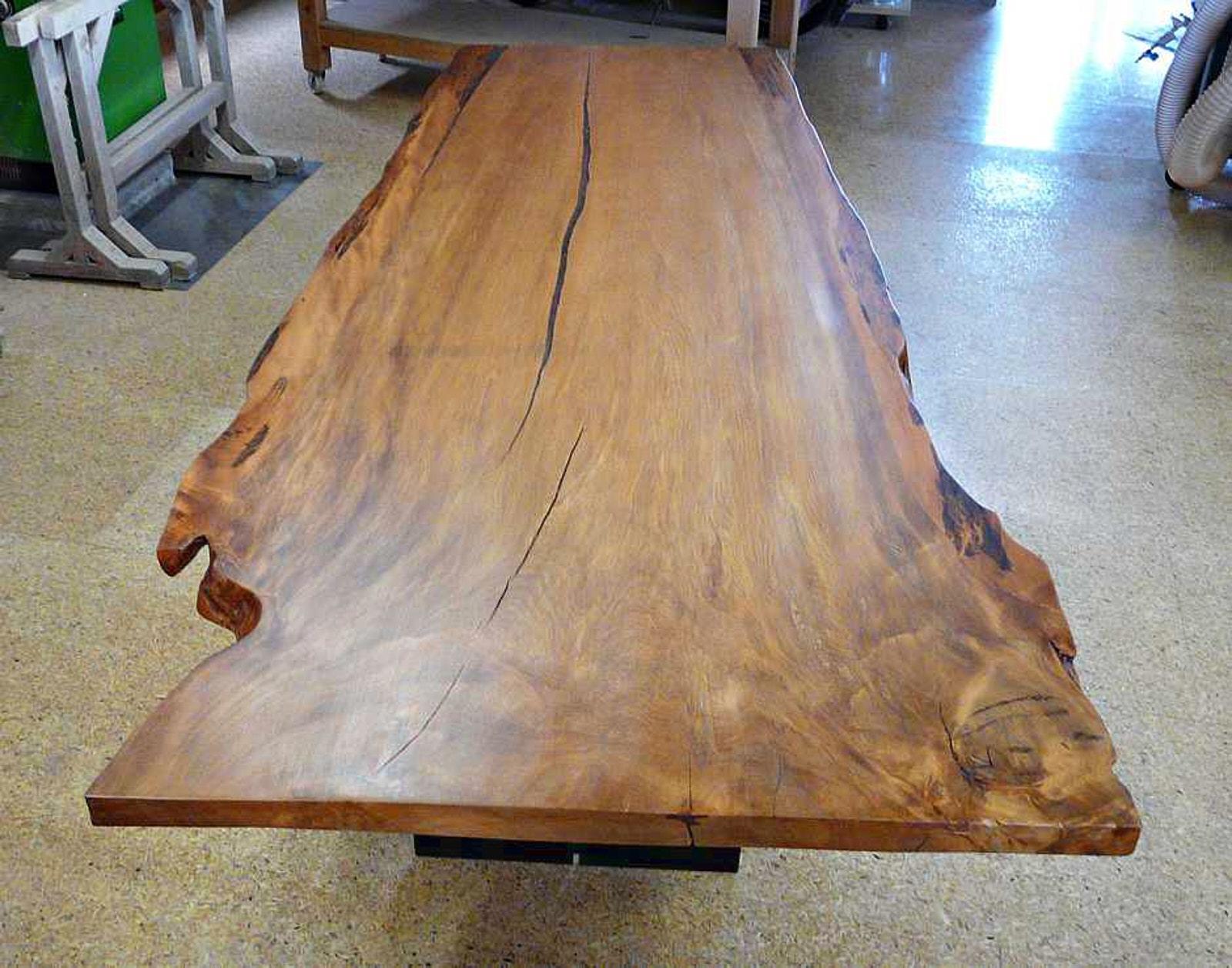 Große Holztischplatte mit außergewöhnlicher Naturcharakteristik aus Kauri Holz in der Werkstatt von Michael Beaupoil handangefertigt