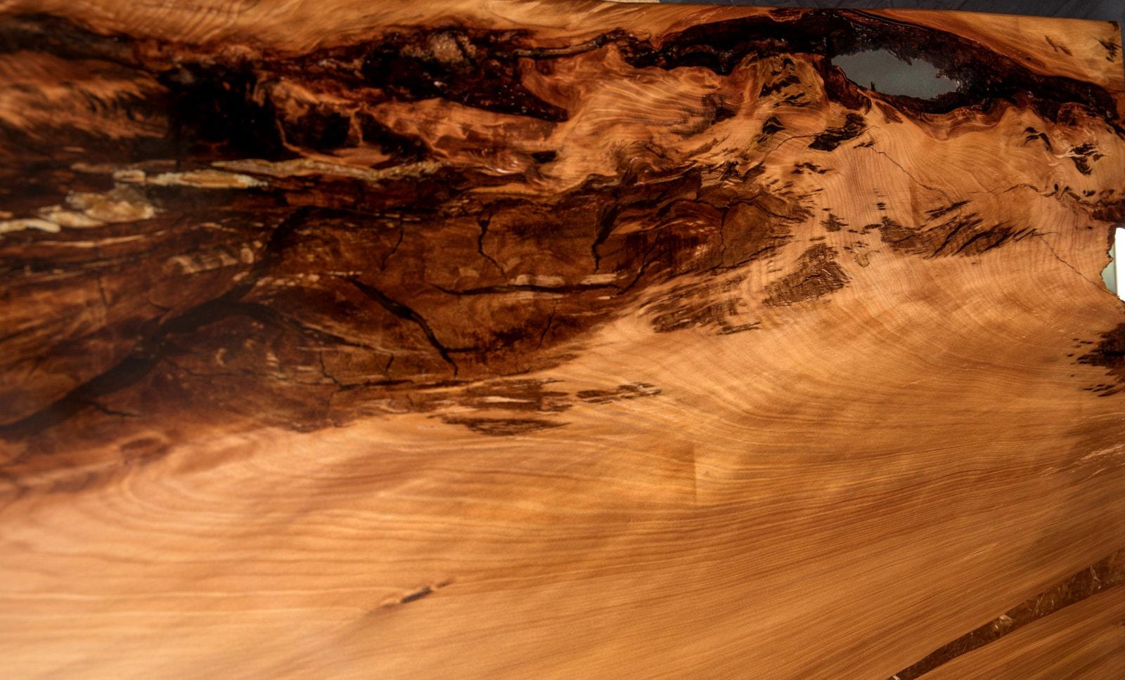 Kauri Holz mit sehr schöner Maserung des besonderen, aussergewöhnlichen Holztisches mit massiver Kauri Tischplatte aus tausendjährigem Holz