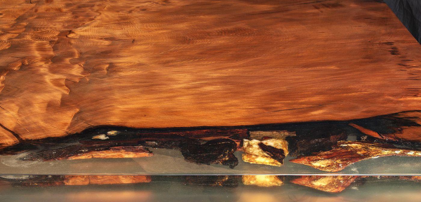 Wertanlage Designer Esstisch und exklusiver Luxustisch mit Gold, faszinierender Naturholztisch mit Hauch Luxus und kunstvolle Naturmerkmale mit luxuriösem Bernstein