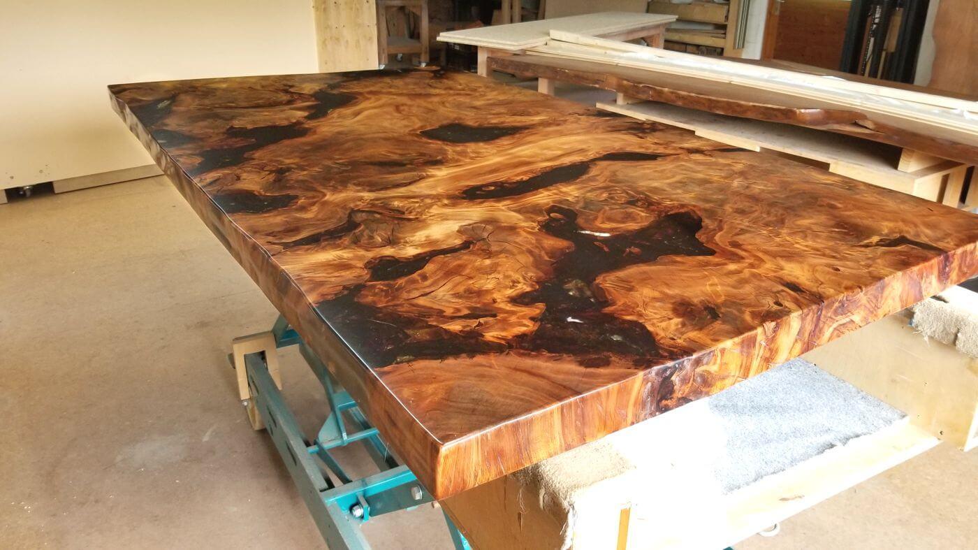 Ausgefallene große Tischplatte aus dem besonderen Kauri Wurzelholz an ein Stück gewachsen