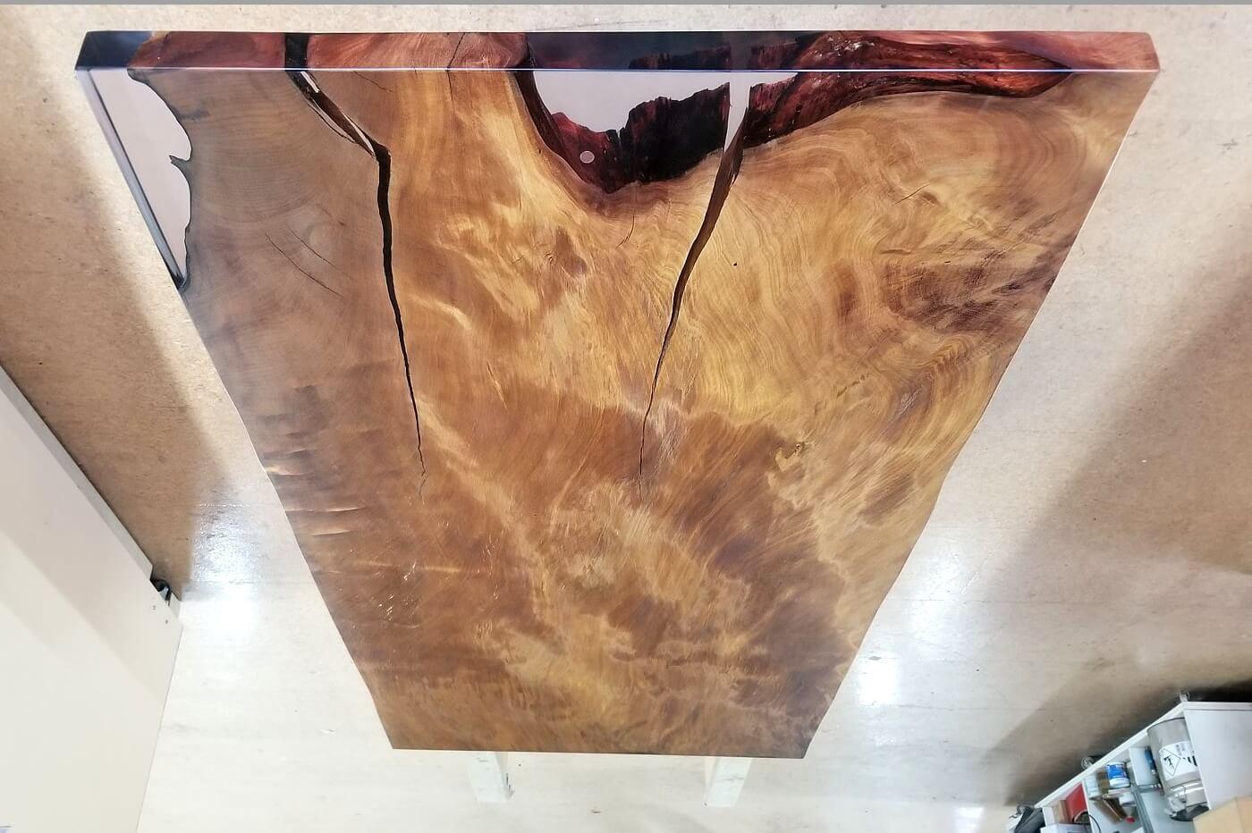 Kauri Holztisch mit einem Pfennig als Einlage im Epoxidharz