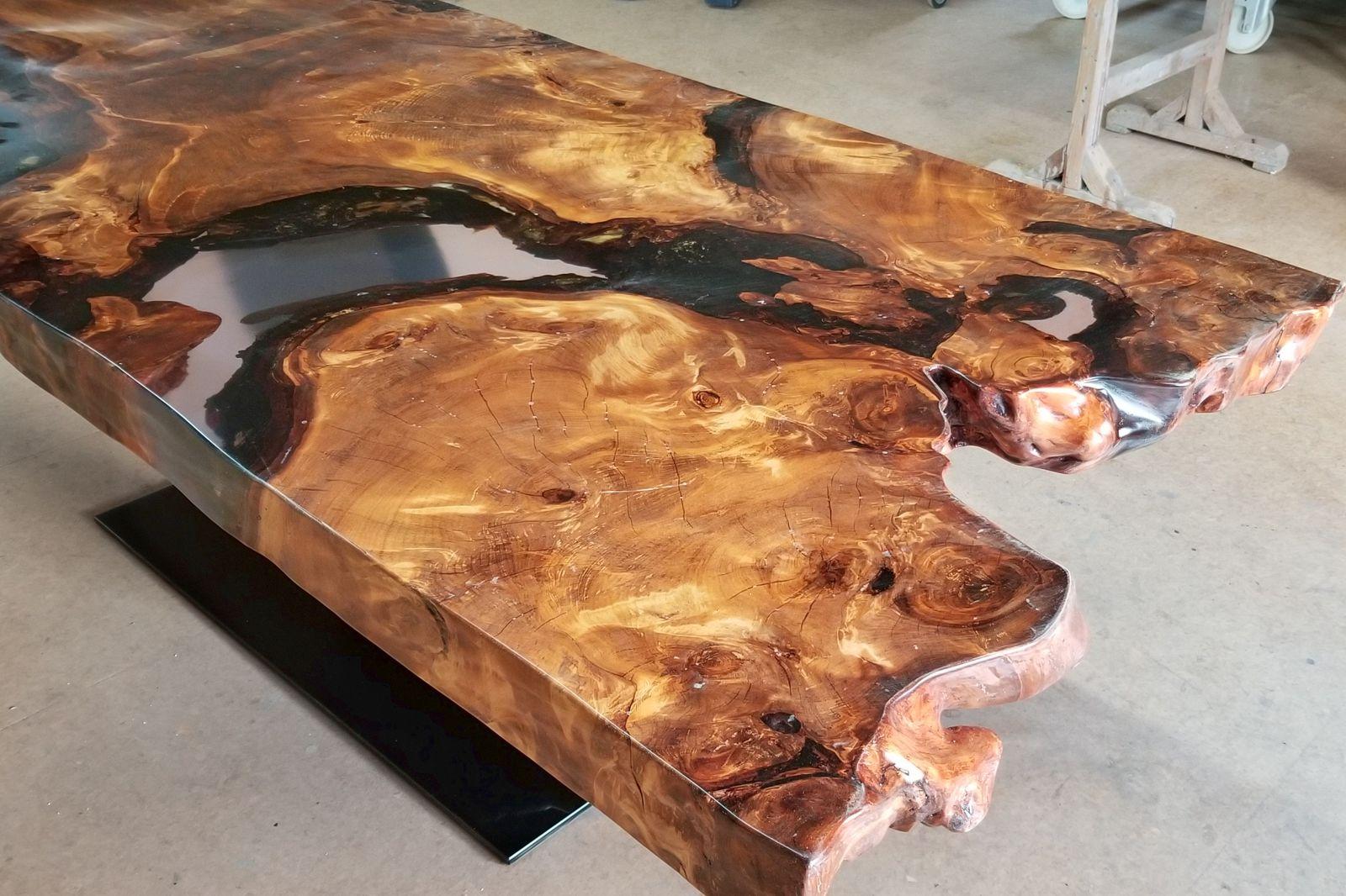 Einzigartiger Kauri Wurzelholz Tischplatte als hochwertigen Epoxidharztisch mit sehr markanten Naturkanten nach Kundenwunsch angefertigt