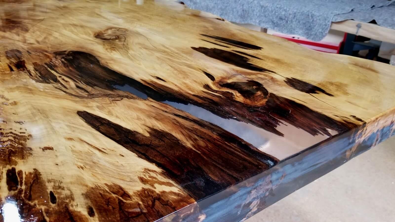 Wurzel Holztischplatte als Kunstwerk der Natur, Naturmerkmale wie Risse und lose Holzteile mit Epoxidharz gefüllt